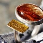 Reprise 19  I  Ring mit Rutilquarz und goldbeschichtetem Silber auf U-Schiene aus Runddraht, Größe 61, 130,- €