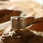 reprise11 Ring aus Silber und Gelbgold 750, gehämmert, mit Silberdraht und Granat, Gr. 58, 130,- €