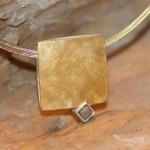 con passione 2   Silberhänger gold-plattiert mit Rohdiamant, Bicolor-Edelstahlseil, Länge 48 cm     205,- €