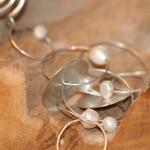 con passione7b   Kette aus Silbergliedern mit Süßwasserperlen, Länge 55 cm      220,- €