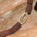con passione 9a    Collier aus brauner Lava, Süßwasserperlen mit Silberdrahtelement, Länge 51 cm    109,- €