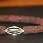 con passione 9b    Collier aus brauner Lava, Süßwasserperlen mit Silberdrahtelement, Länge 51 cm    109,- €