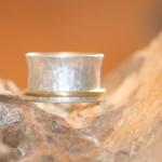 reprise 2a       Silberring gehämmert mit Gelbgold 750, Größe 61,    230,- €